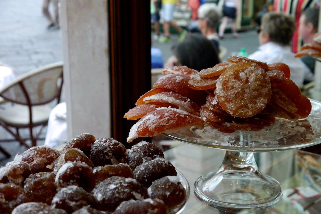 Kandierte Früchte auf einer Etagere im Schaufenster der Pasticceria Pansa aus Amalfi.