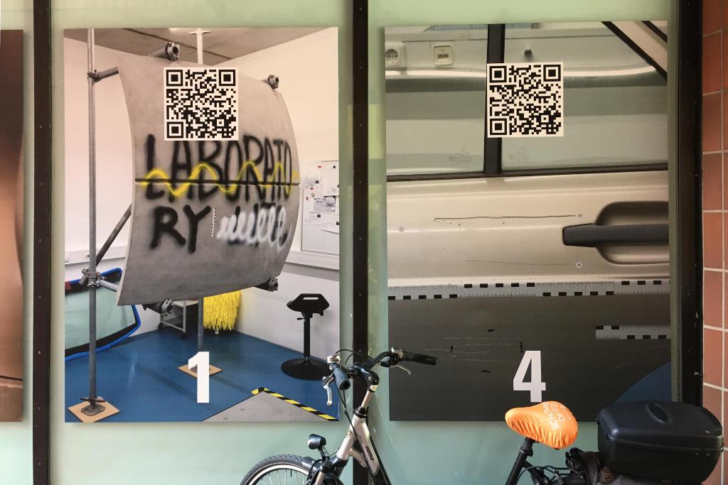 QR-Codes an einem Fenster während der Skulptur Projekte Münster 2017.