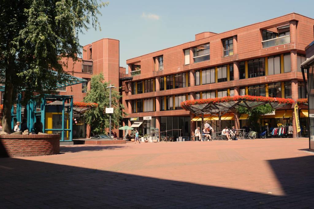 Ein Gebäudekomplex aus rotem Ziegel. Errichtet in den 70er Jahren mitten in Münster.