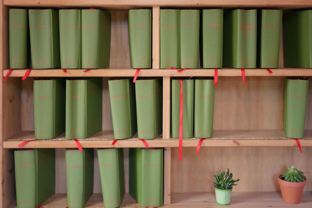 Bücherregal aus einer Installation während der Skulptur Projekte Münster 2017.
