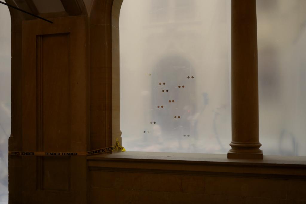 Der Innenhof des Altbaus des LWL Museum in Münster wurde von Michael Dean mit einer Plastikfolie verhängt.