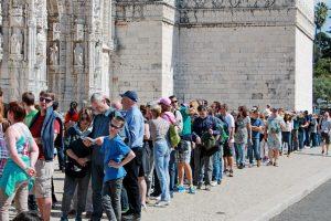 Längst ein gewohntes Bild: Touristen am Mosteiro dos Jerónimos, Lissabon