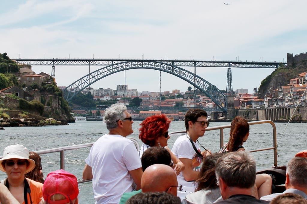 Zu Lande, zu Wasser und in der Luft: Wenn Touristen in Scharen auftreten und alle städtischen Räume beanspruchen, werden sie zur Belastung.