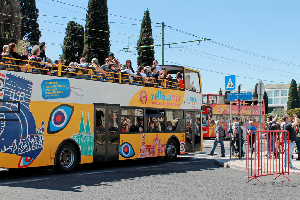 Sommer, Sonne, Stadtrundfahrt: Der Klassiker unter den Besichtigungstouren – hier ein Sightseeing-Bus in Lissabon – bereitet vergleichsweise wenig Probleme, weil sich bei diesem Angebot Touristen und Locals nicht in die Quere kommen.