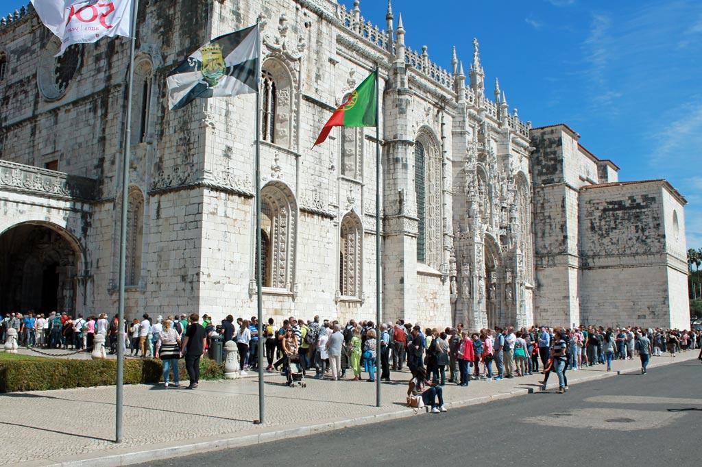 Touristen am Pranger: Das Touristendasein kann ganz schön anstrengend sein: Schlange stehen in praller Sonne am Mosteiro dos Jerónimos in Lissabon.