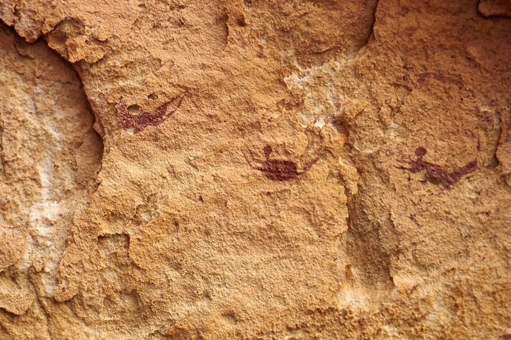 """Zum Glück noch kein Weltkulturerbe: die """"Höhle der Schwimmer"""" in der westägyptischen Wüste. Die Felsmalereien stammen aus einer Zeit, als die Sahara noch eine Savanne war. Derzeit halten vor allem Sicherheitsbedenken Besucher von dem Felsüberhang fern, den """"Der Englische Patient"""" als exotischen Schauplatz ins Kino holte."""
