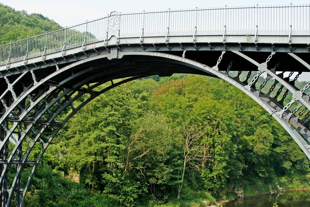 """Weltkulturerbe: Kultureller Brückenbau, wie er der UNESCO vorschwebt, ist ein noch viel schwierigeres Unterfangen als die Konstruktion der ersten Eisenbrücke der Welt. Sie ist Teil des Weltkulturerbes """"Industrielandschaft Derwent Valley"""" in Shropshire, England."""