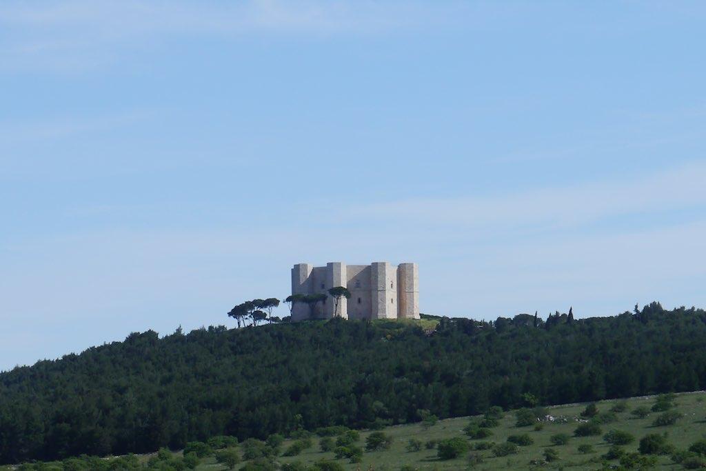 Ein turmartiges Castel mit vier Türmen. Blick auf Castel del Monte aus der Ferne