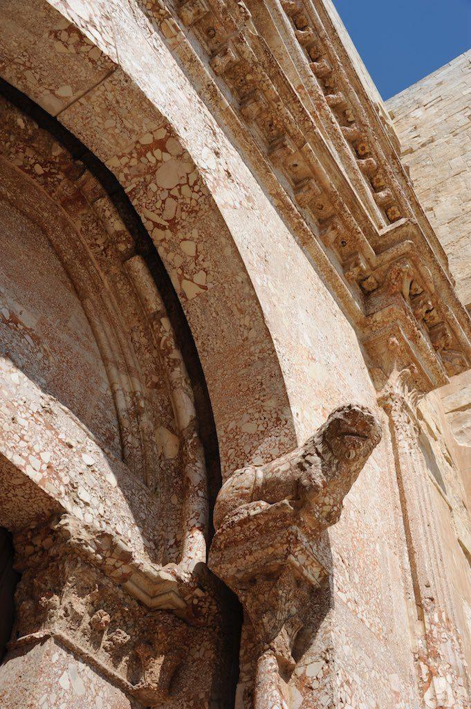 Ein Löwe am Portal von Castel del Monte in Apulien.