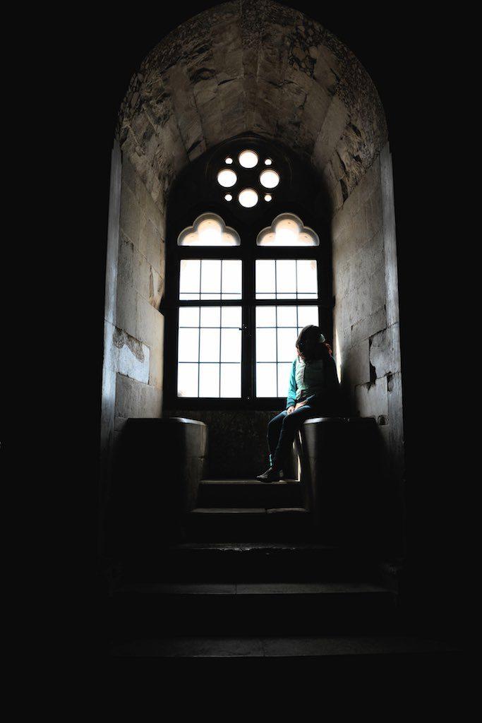 Fensternische imit gotischem Fenster.