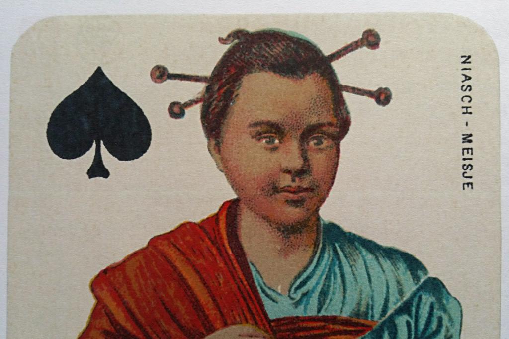 """Spielkartenfabrik: Stralsunder Spielkarten waren so begehrt, dass aus dem Ausland Aufträge für Kartenspiele mit speziellen Bildwünschen kamen. Diese Karte zeigt eine Frau auf der abgelegenen indonesischen Insel Nias, die damals zum niederländischen Kolonialgebiet gehörte. Das dazugehörige Kartenspiel """"Fynste Java Speelkaarten"""" entstand 1885."""