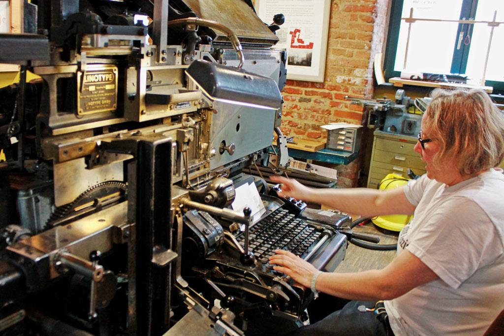 Spielkartenfabrik: Manja Graaf an der Linotype – und in ihrem Element!