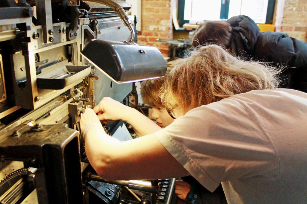 Spielkartenfabrik: Was ist denn da los, da ist doch was verrutscht! Manja Graafs bei ihrem spontanen Linotype-Kurs für Anfänger