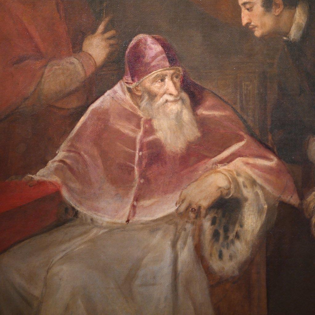 Ein alter Mann mit weißem Bart, langer Nase und wachen Augen. Rote Mütze auf dem Kopf und roter Umhang. Ein Meisterwerk aus Capodimonte