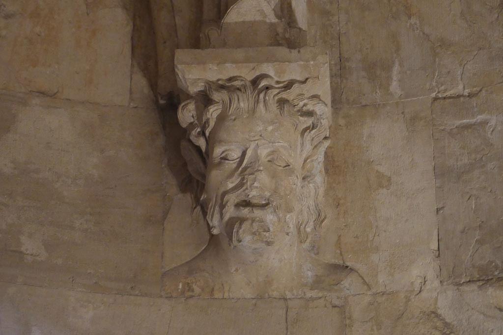 Skulptur aus einem Turm in Castel del Monte.
