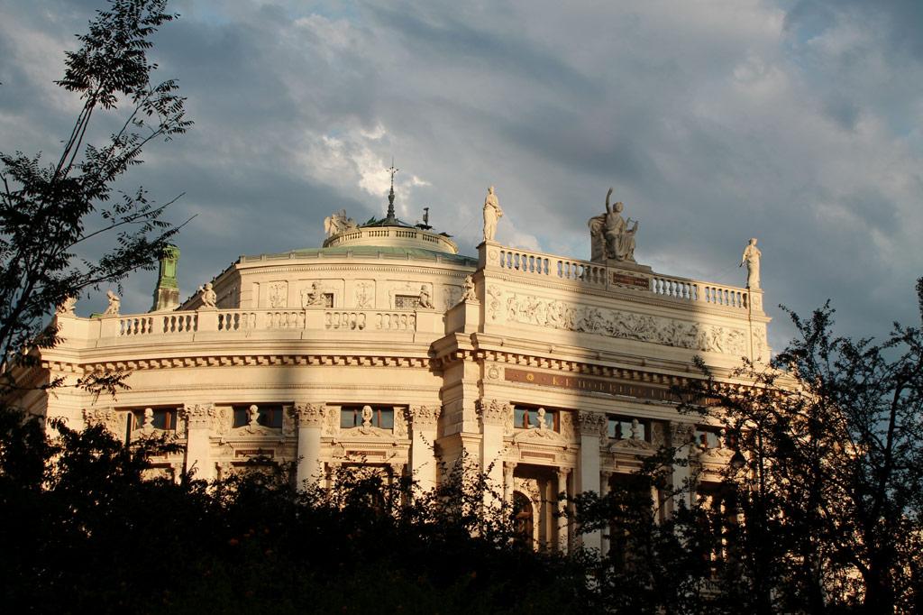 Wien: Das Hofburgtheater an der Wiener Ringstraße: Die ganze Stadt war und ist eine Inszenierung. Der Gegensatz zum real existierenden Sozialismus im Karpaten-Ambiente konnte größer nicht sein.