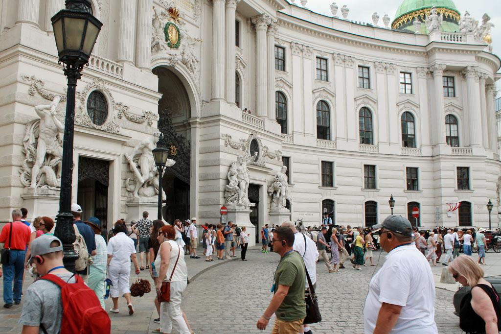 Besucherrummel vor der Hofburg, die natürlich besichtigt werden muss. Die, die es schon hinter sich haben, sitzen schräg gegenüber im Starbucks. Wir sind ja in Wien, der Hauptstadt der Kaffeehäuser…