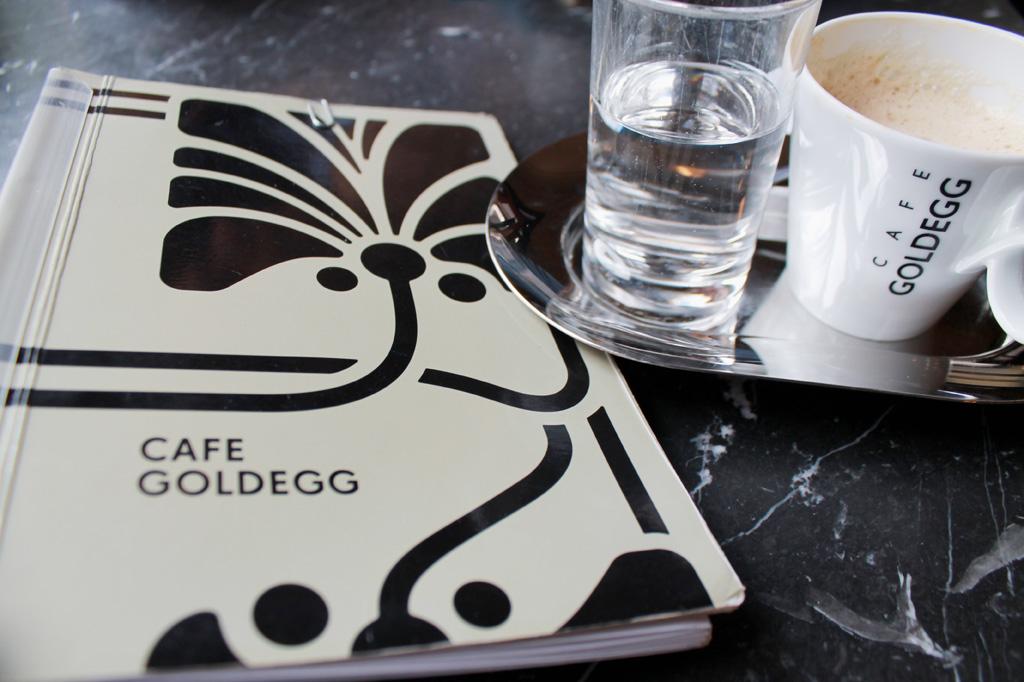 Wien: Das Café Goldegg liegt recht zuverlässig außerhalb der Touristenmeilen und ist ein idealer Ort, um Kaffeegenuss mit Altwiener Flair zu verbinden und dabei Mutmaßungen darüber anzustellen, ob das Wienerisch deshalb so breit ist, weil die Wiener so oft eine Kuchengabel zwischen den Zähnen haben.