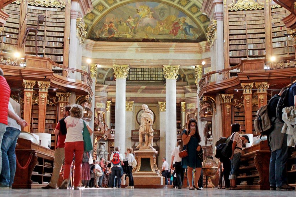Wien: Der barocke Bibliothekssaal anno 1726 beherbergt unter anderem die 15.000 Werke umfassende Bibliothek des Prinzen Eugen von Savoyen (den haben wir ja schon am Anfang im Hotel kennengelernt, <a href=