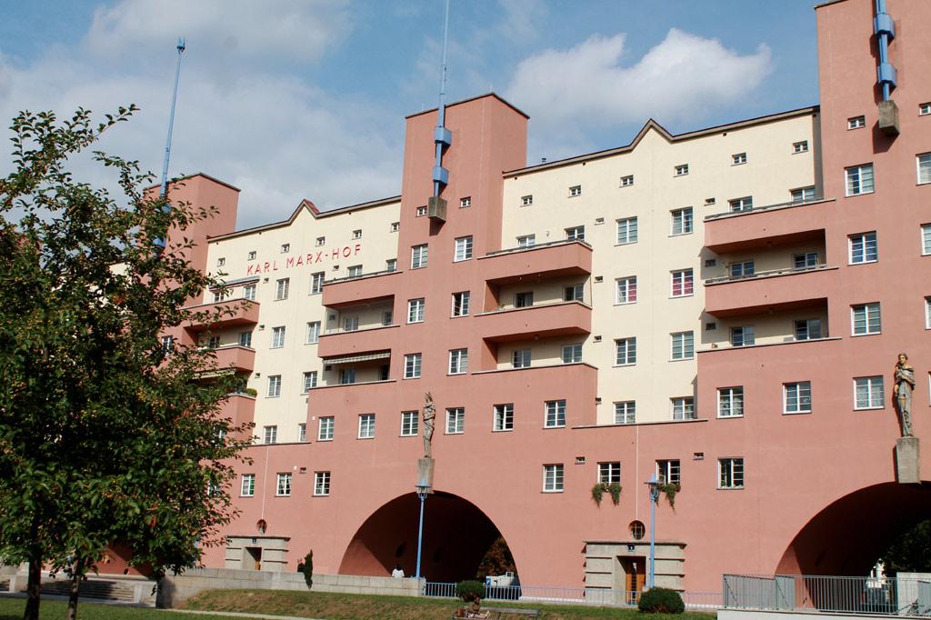 Vier Straßenbahnhaltestellen zählt die Adresse Karl-Marx-Hof. Über die Geschichte des Roten Wien informiert eine Dauerausstellung im Waschsalon Nr. 2.