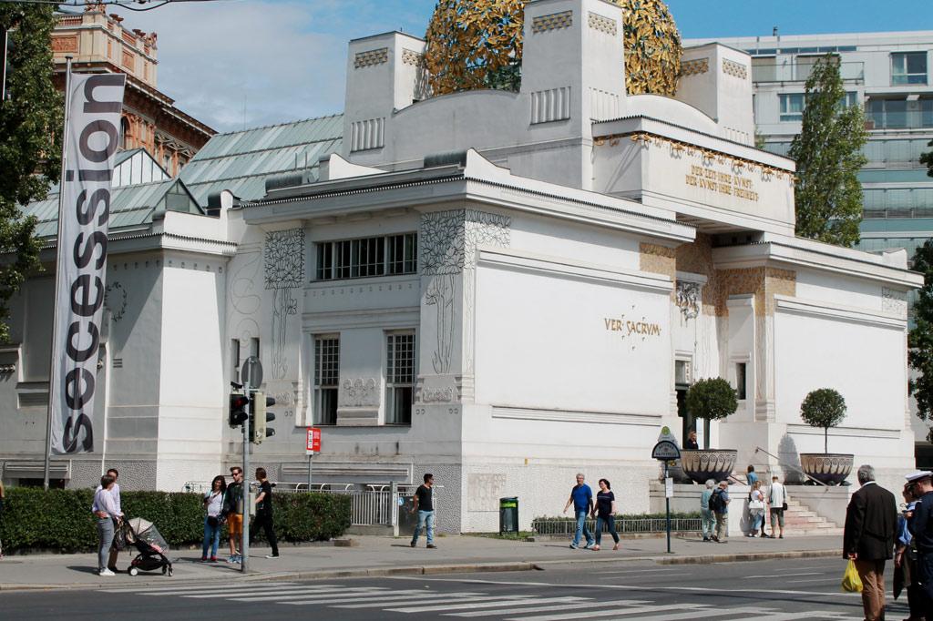 Wien: Hat etwas von einem Altar, das Ausstellungshaus der Künstlervereinigung Secession. Hier ist immer viel los. Noch mehr Gedränge herrscht um die Ecke am Wiener Naschmarkt, dem wir gleich wieder entfliehen.