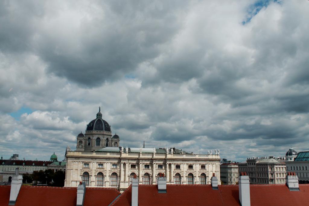 Wien: Einiges los am Himmel: Blick aus dem Fenster des Leopoldmuseums