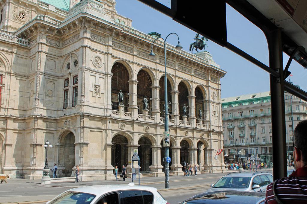Wien: Musentempel im Vorbeifahren: die Wiener Staatsoper am Karlsplatz im opulenten Renaissance-Stil aus der Zeit Kaiser Franz Josephs I.