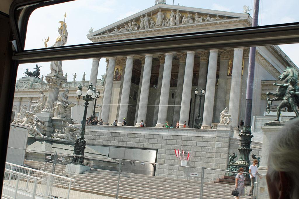 Wien: 1883 beherbergte das tempelartige Monstrum des Parlamentsgebäudes die ersten Plenarsitzungen von Abgeordnetenhaus und Herrenhaus. So bald werden ÖVP und Rechtsnationale, die derzeit über eine Koalitionsregierung beraten, hier allerdings nicht den Ton angeben, denn der Komplex wird derzeit saniert und steht erst 2020 wieder zur Verfügung.