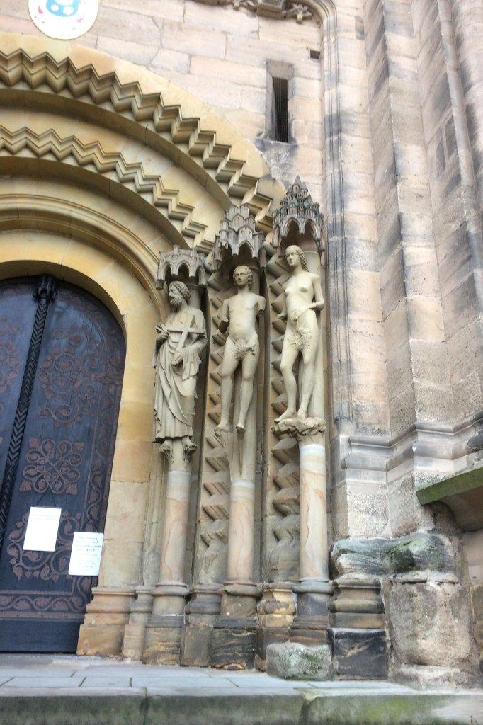 Adam und Eva an einem Portal.