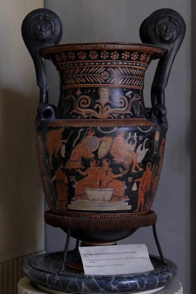 Griechischer Mischkrug aus dem dem Museo Nazionale Palazzo Jatta bemalt mit Frauenfiguren.