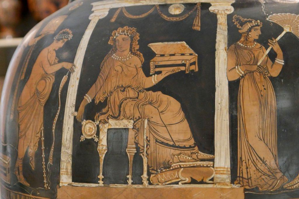 Rotfigurige Vase mit 3 Figuren aus dem Museum Jatta in Ruvo.