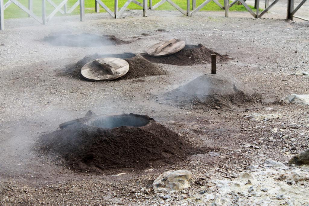 Delikatessen - …in dem erhitzten Boden ihren berühmten Cozido-Eintopf garen.