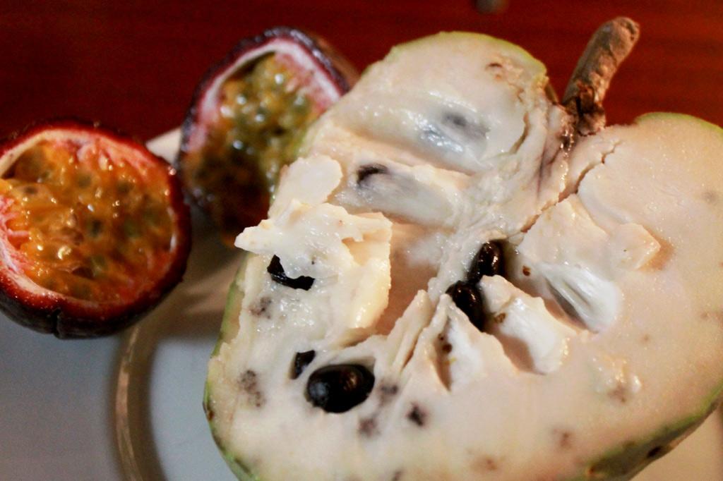 Delikatessen - Jede für sich ein Knaller, zusammen eine Offenbarung: saftige Netzannone, im Hintergrund eine geöffnete Maracuja