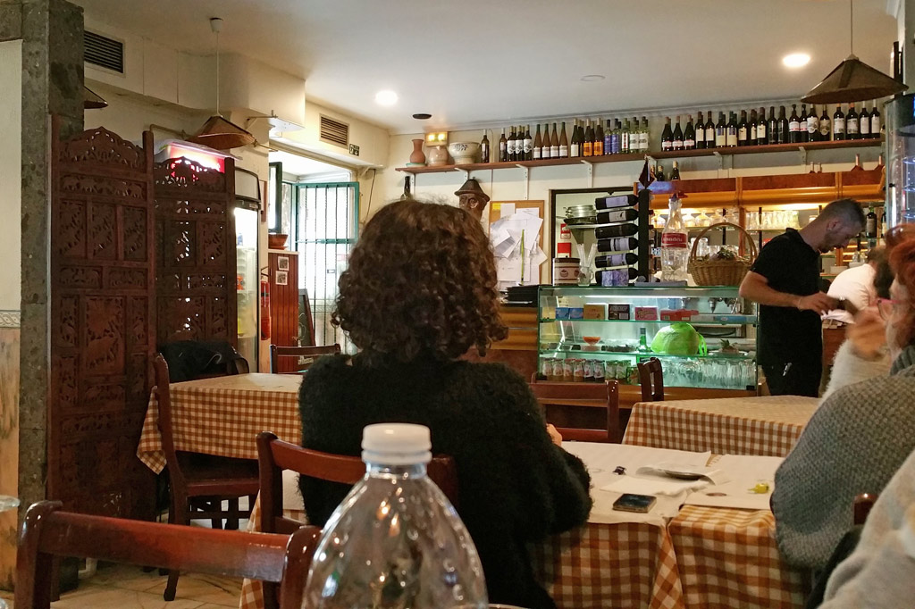 Delikatessen - Unbedingt merken: die Adega Regional in der Rua do Melo 70 – familiengeführt, bodenständig, Tagesgerichte ab acht Euro, wunderbar lecker!