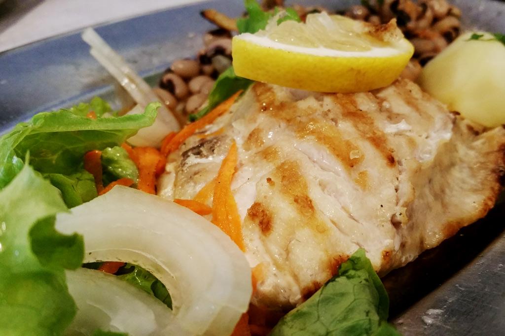 Unter den vielen Delikatessen der Azoren eine der schmackhaftesten: Peixe-Porco oder grauer Drückerfisch, hier frisch gegrillt mit Augenbohnen und Salat – ein Festessen!