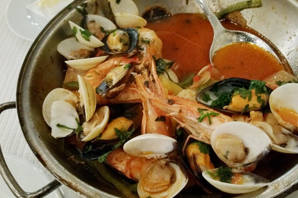 """Delikatessen - Besser geht's nicht: Cataplana mit Garnelen und Muscheln, verspeist in einem Restaurant namens """"Mercado do Peixe"""" – Fischmarkt – am Hafen von Punta Delgado"""