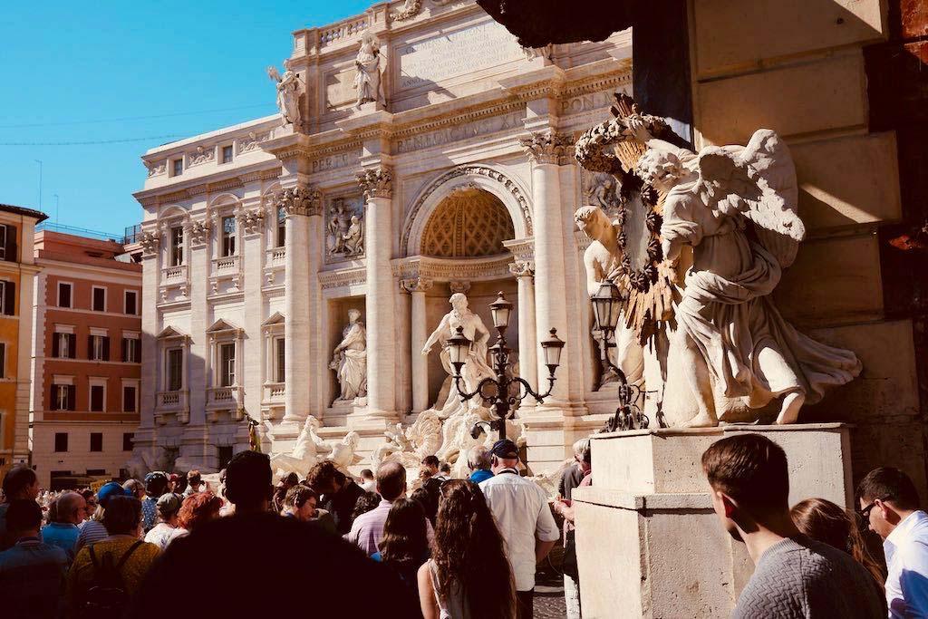 Viele Menschen vor der Fontana di Trevi. Hinterköpfe. Aber kein Brunnen.