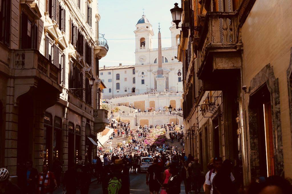 Eine enge, dunkle Straße. Durch die Straße schauen wir auf den Rom Tipp Spanische Treppe und den Pincio.