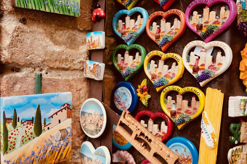 Kühlschrankmagneten in Herzform. Im Zentrum die Geschlechtertürme von San Gimignano.