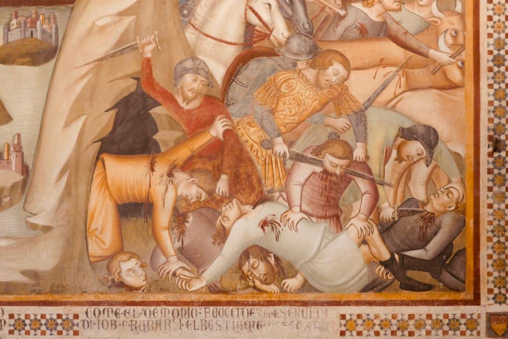 Auf einem Fresko kämpfen Männer mit Schwertern und Messern gegeneinander. Fresko aus der Collegiata Kirche in San Gimignano.
