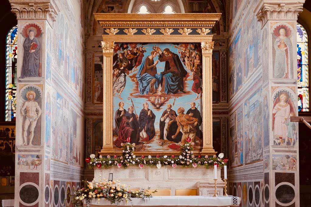 Hochaltar, auf dem ein Bild in vergoldetem Rahmen steht. Jesu setzt Maria eine Krone aufs Haupt.