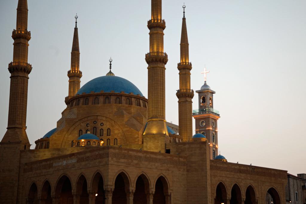 Libanon: Im Vordergrund erhebt sich die Mohammed-al-Amin-Moschee am Platz der Märtyrer in der Innenstadt Beiruts. Unmittelbar dahinter ist der Glockenturm der maronitischen St.-Georgs-Kathedrale zu sehen.