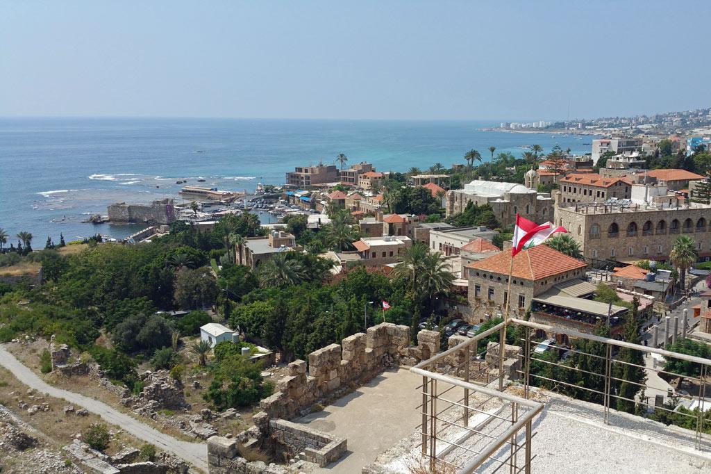 Libanon: Blick von der Zitadelle auf den Yachthafen von Byblos. Säulen und Mauerreste erzählen von der uralten Kultur der Stadt. Auf dem Grabungsgelände sind keine Touristen zu sehen.