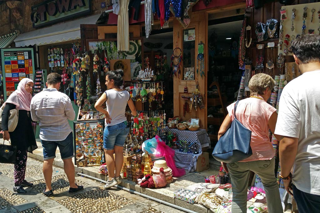 Libanon: Touristen begutachten Souvenirs an Verkaufsbuden vor dem Eingang zu den Ruinen von Byblos