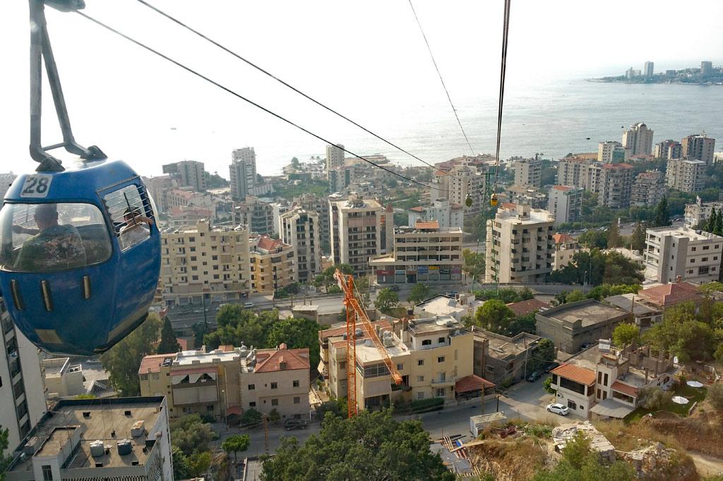 Libanon: Blick aus der Gondel auf die Hochhäuser des Küstenortes Jounieh zwischen Byblos und Beirut