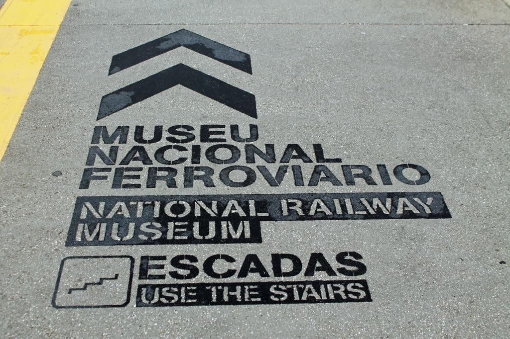 Graffito auf einem Bahnsteig als Wegweiser zum Eisenbahnmuseum im Herzen der Eisenbahnstadt Entroncamento. Hier beginnt unser heutiger Tagesausflug.