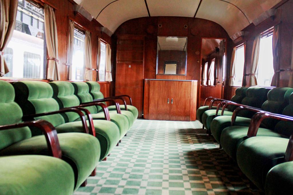 Grüne Sessel in Reih und Glied, grüner Teppichboden, holzgetäfelte Wände: Wer den Präsidentenzug im Eisenbahnmuseum von Entroncamento betritt, bekommt ein gutes Bild davon, wie Diktator Salazar einst durch Portugal reiste.