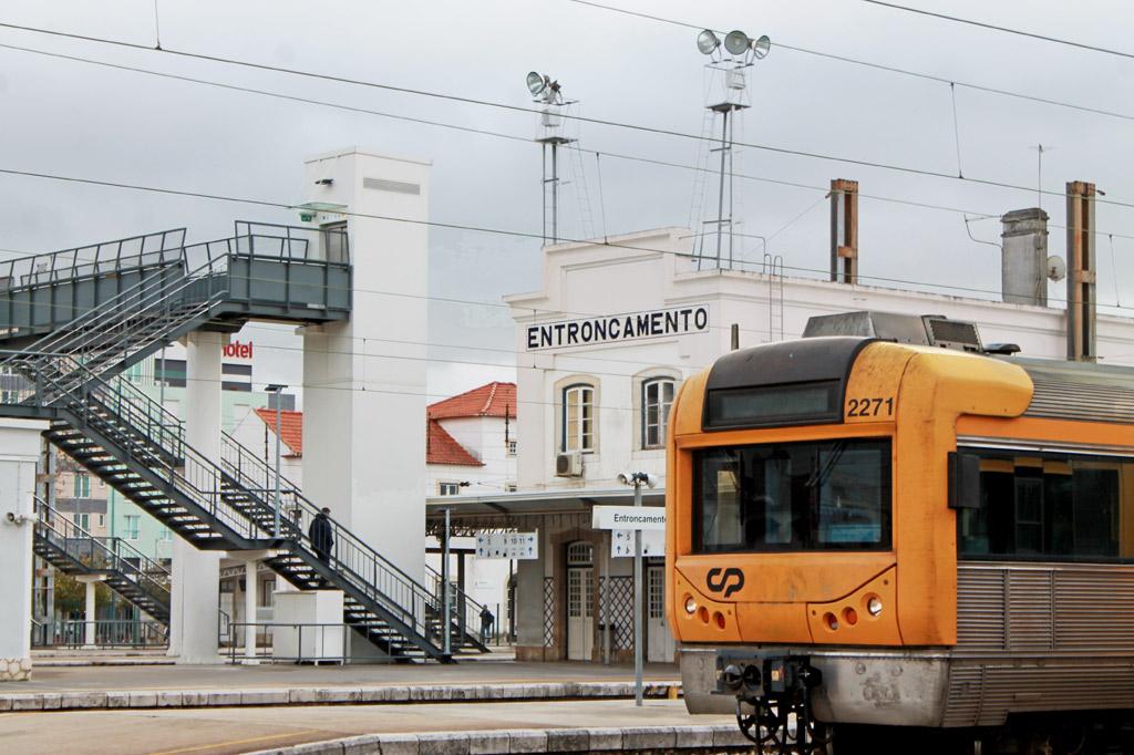 Der Bahnhof von Entroncamento liegt unter grauen Regenwolken – ein idealer Tag für einen Tagesausflug von Lissabon aus in das örtliche Eisenbahnmuseum.