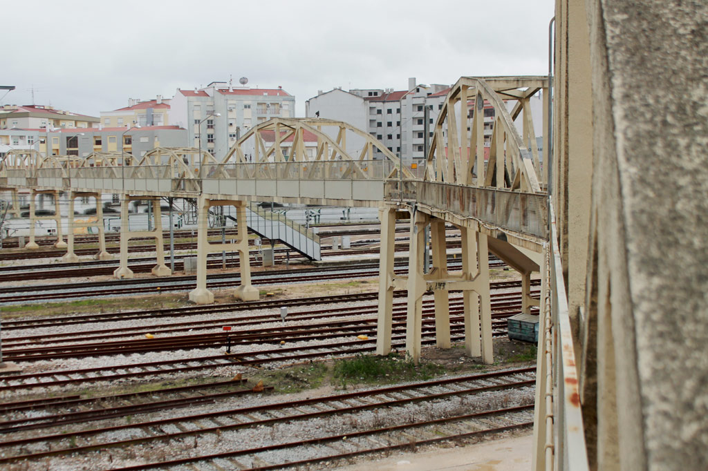 Viele Gleise nebeneinander, darüber eine lange Fußgängerbrücke aus beige gestrichenem Beton: die Eisenbahnstadt Entroncamento in Portugal macht ihrem Namen alle Ehre. Unser Tagesausflug führt uns ins Eisenbahnmuseum gleich neben dem Bahnhof.