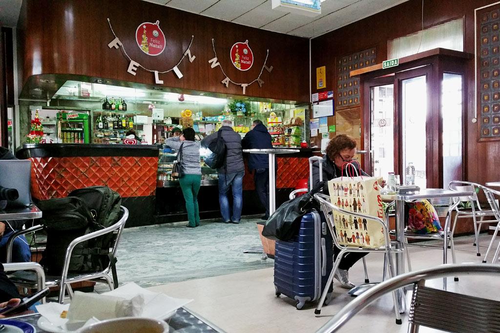 Braune Wandtäfelung, wuchtige Theke mit braunroten Kacheln, chromblitzendes Mobiliar: Jeder Tagesausflug braucht eine Kaffeepause, hier im Bahnhofscafé der Eisenbahnstadt Entroncamento in Portugal.